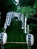 2-04)鎌倉市二階堂「杉本寺」山門をくぐり、苔生す階段を見上げる。現在は通行不可。.JPG